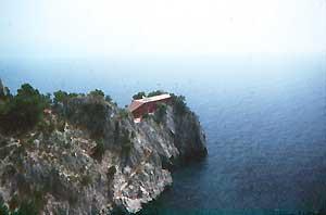 Architettura Mediterranea: Villa Malaparte a Punta Masullo, Capri, Campania, Italia: di Adalberto LIBERA  fotografia: Francesco Saverio ALESSIO © copyright 1985