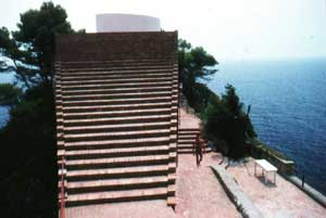 Architettura Mediterranea: Villa Malaparte a Punta Masullo, Capri, Campania, Italia: La scalinata che porta sul tetto terrazza di Adalberto LIBERA  fotografia: Francesco Saverio ALESSIO © copyright 1985